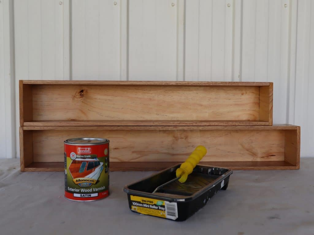 Varnishing shelf